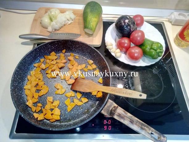 Обжариваем порезанную морковь на сковороде на растительном масле
