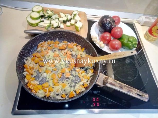Обжариваем порезанную морковь с луком на сковороде на растительном масле