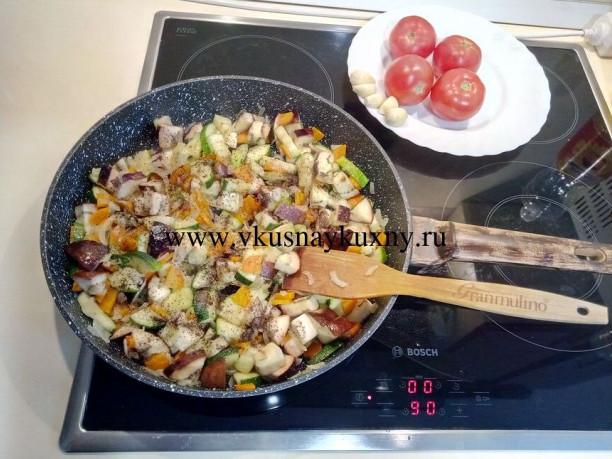 Перчим и солим овощи на сковороде по вкусу