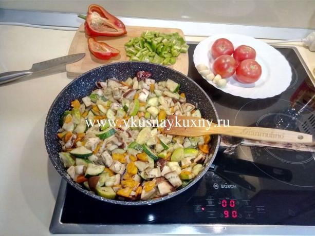 Приготовить соте из баклажанов и кабачков с чесноком и зеленью