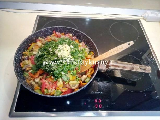 Рецепт соте из баклажанов с овощами с чесноком и зеленью