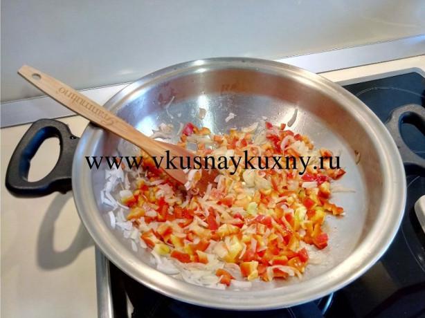 Обжариваем лук и болгарский перец в сковороде ВОК от Амвей 2 минуты