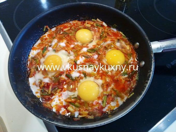 Как пожарить черемшу на сковороде с яйцами и томатной пастой
