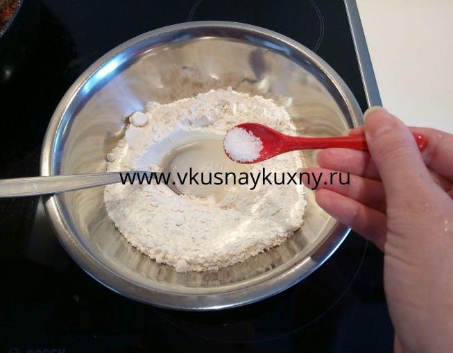 Добавляем соль в муку с водой и замешиваем тесто