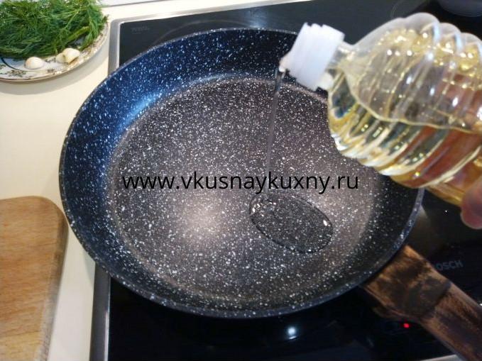 Добавляем в сковороду растительное масло для жарки