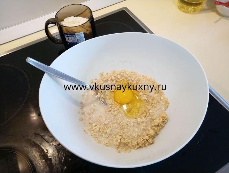 Добавляем яйцо в тесто для овсяных оладий с молоком