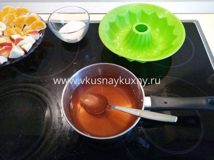 Готовое растворённое желе в горячей воде в сотейнике