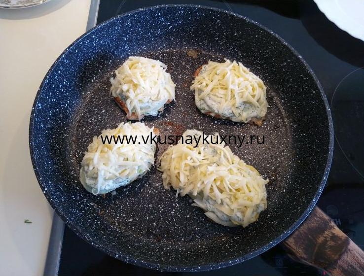 Куриное филе по французски с пластинами картофеля на сковороде