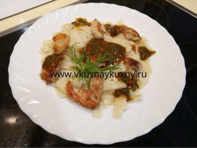 Макароны с кусочками курицы и томатным соусом с чесноком