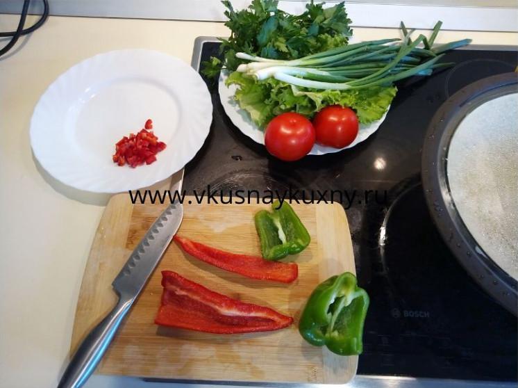Нарезаем болгарский перец мелким кубиком для кысыра