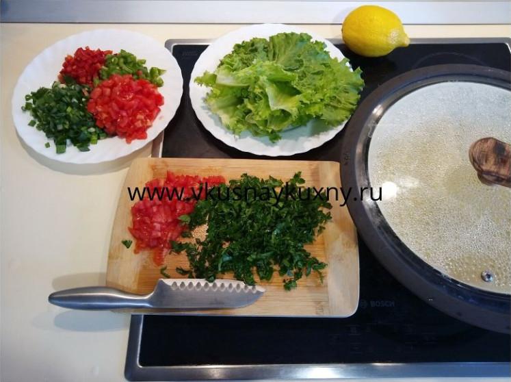 Нарезаем помидоры и зеленый лук мелко для кысыра