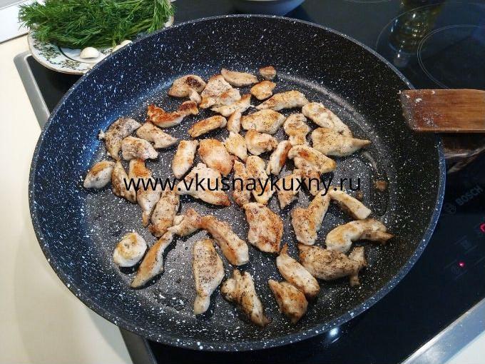 Обжаренные кусочки куриного филе на сковороде