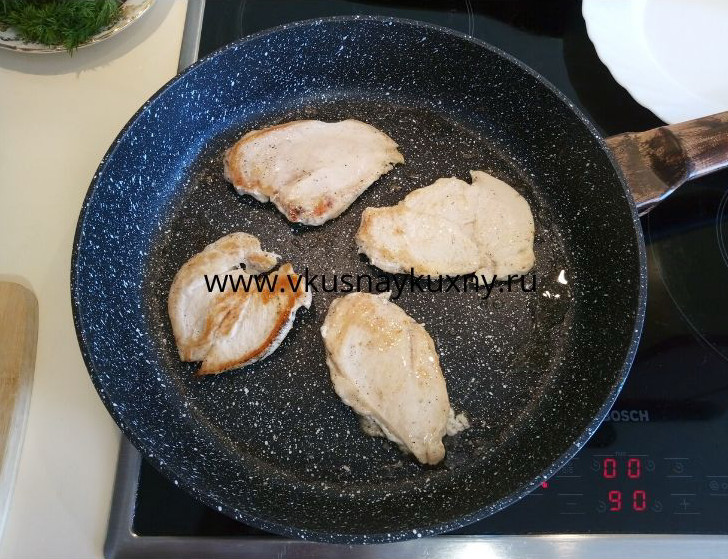 Обжариваем на сковороде кусочки куриного филе с одной стороны