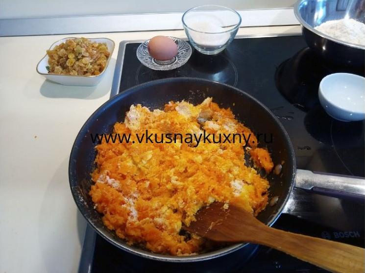 Перемешиваем манку с морковной массой на сковороде