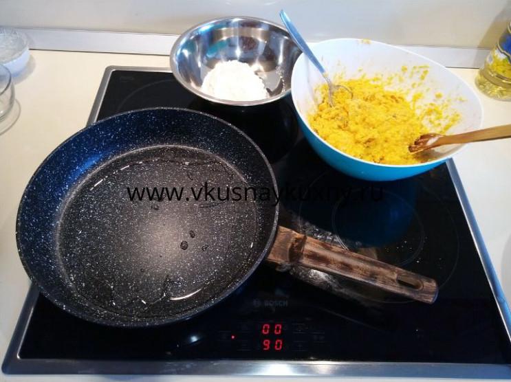 Разогреваем сковородку для выпекания сырников на растительном масле