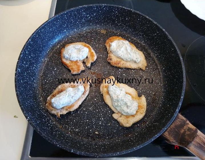 Смазываем кусочки обжаренной курицы соусом из чеснока и майонеза