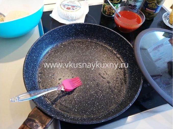 Смазываем сковородку для пиццы растительным маслом кисточкой