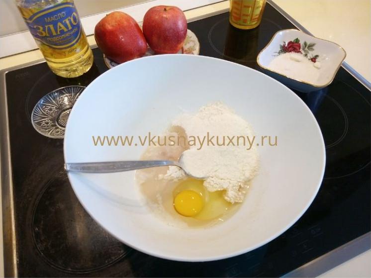 Смешиваем дрожжи, яйцо, муку и сахар на тесто для блинов с яблоками на сковороде