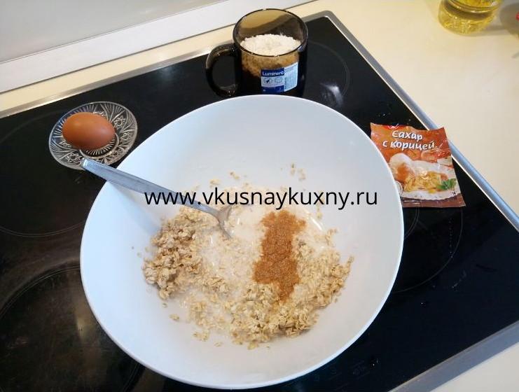 Смешиваем молоко, сахар и корицу с овсяными хлопьями для оладий