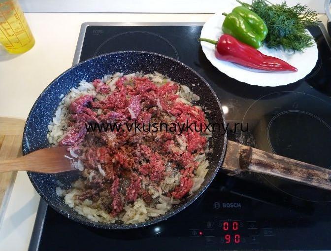 Солим и перчим фарш с луком для начинки для береков на сковороде