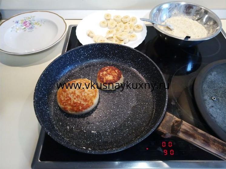 Сырники с бананом рецепт из творога на сковороде с овсяными хлопьями
