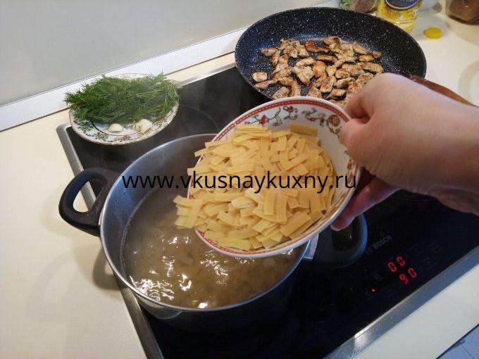 Закидываем макароны в кипящую воду с солью