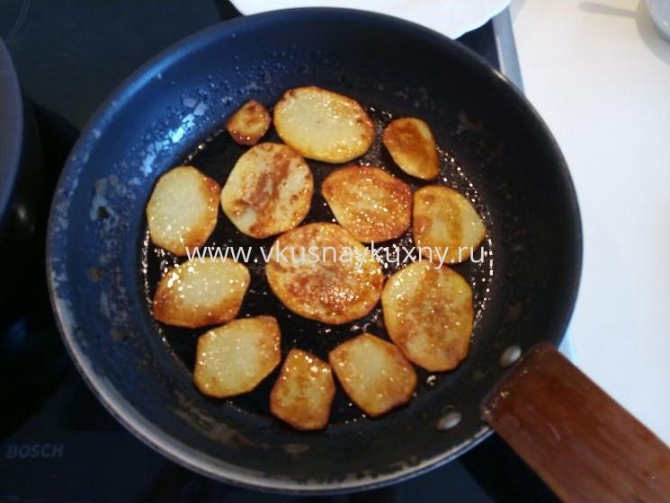 Жарим картофельные пластинки с другой стороны на сковороде