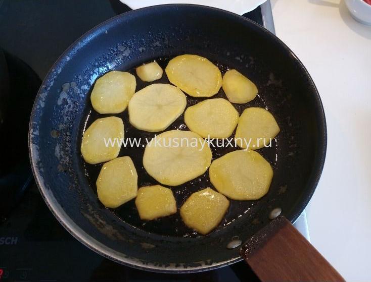 Жарим картофельные пластинки с одной стороны на сковороде
