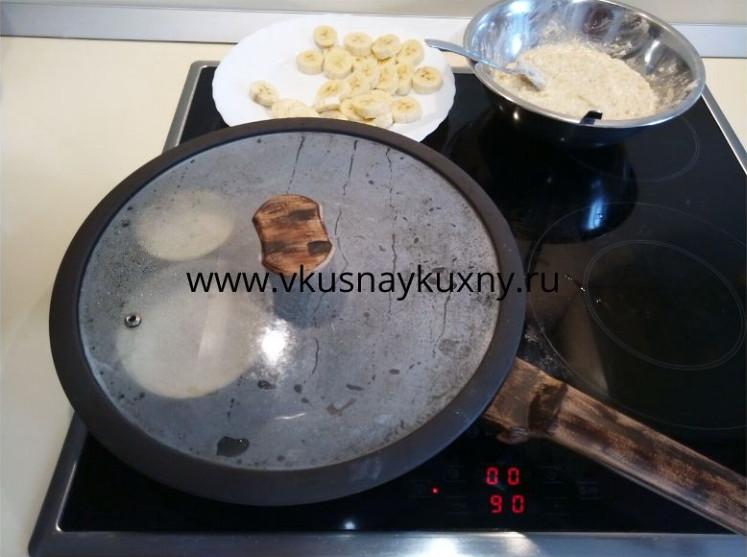Жарим под крышкой сырники с одной стороны на сковороде