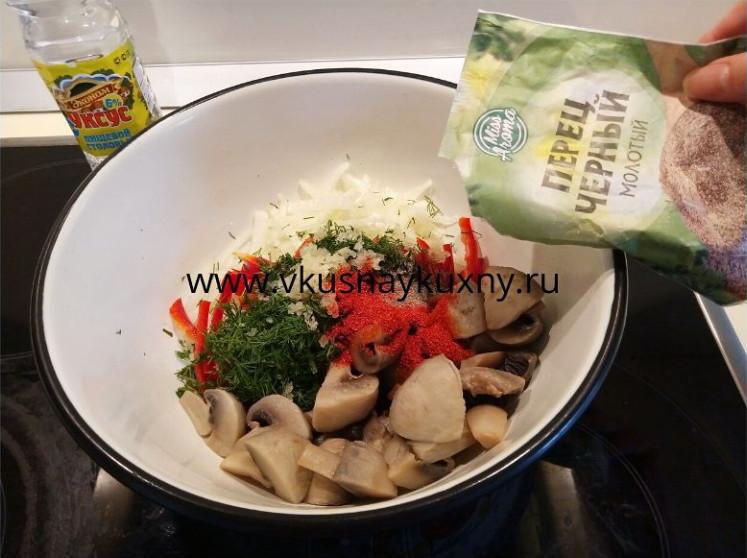 Добавляем молотый черный перец в шампиньоны с овощами для маринования