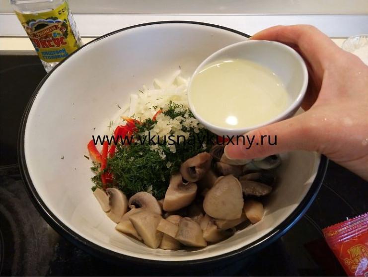 Добавляем растительное масло в шампиньоны с овощами для маринования