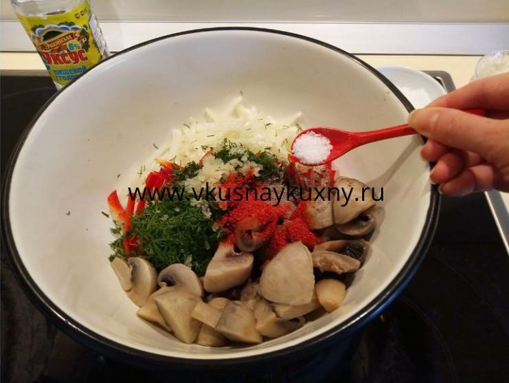 Добавляем соль в шампиньоны с овощами для маринования