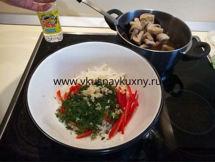 Добавляем в овощи отваренные шампиньоны для маринования