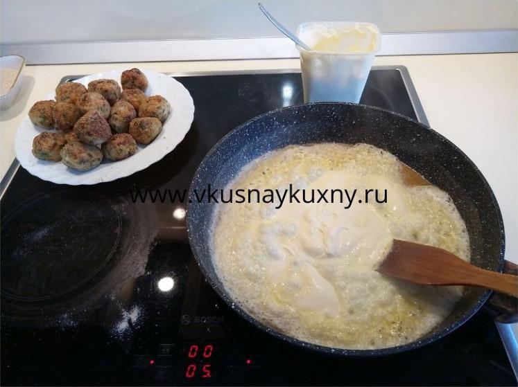 Обжариваем сметану с мукой на сковороде для соуса