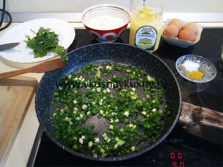 Обжариваем зеленый лук на сковороде на растительном масле