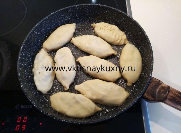 Пирожки с луком и яйцом без дрожжей на сковороде жарим