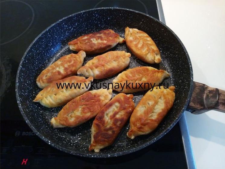 Пирожки с луком и яйцом на сковородке жареные