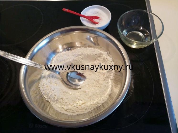 Подготавливаем муку, растительное масло и соль для теста на пирожки с луком и яйцом