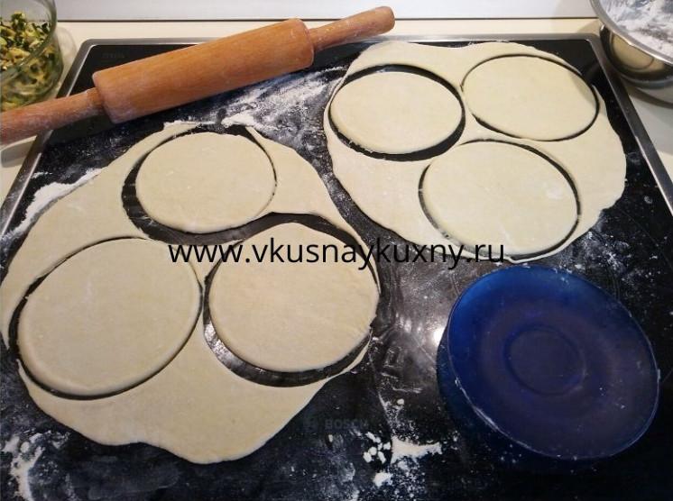 Раскатывает тесто и выдавливаем кружочки для пирожков с луком и яйцом для лепки