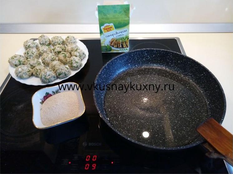 Разогреваем масло на сковороде для обжаривания тефтелей