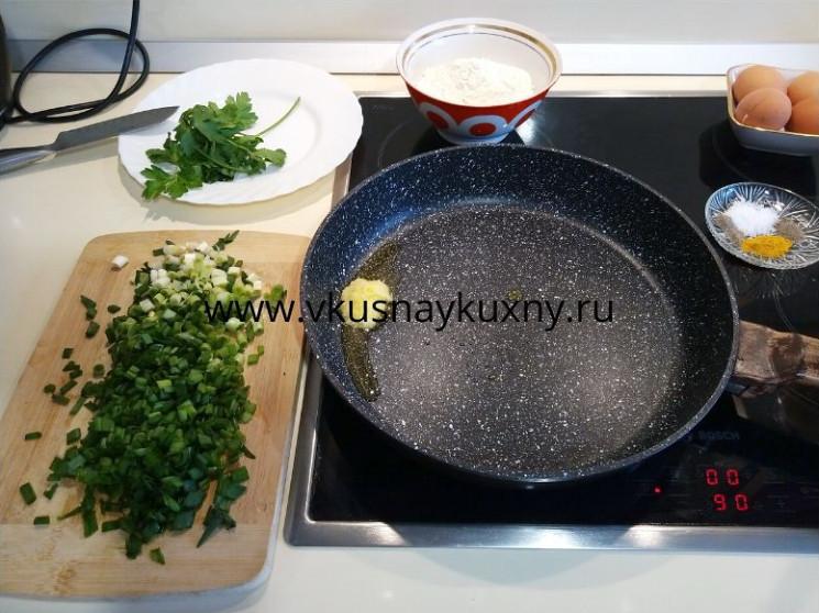 Разогреваем топлёное масло на сковороде пока оно не растопится