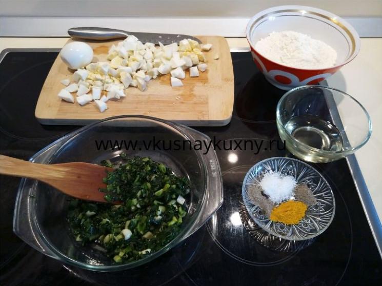 Рубленые вареные яйца и обжаренный зеленый лук для начинки для пирожков с луком и яйцом