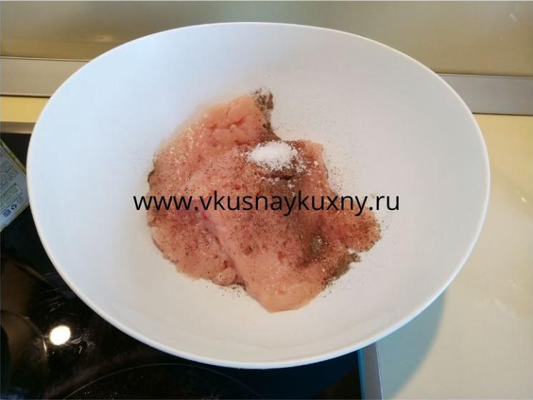 Солим и перчим куриный фарш на тефтели
