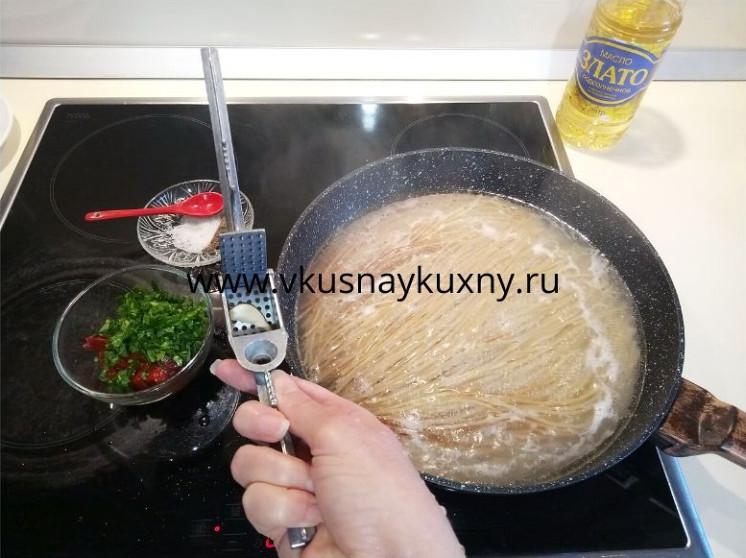 Спагетти с томатной пастой рецепт с чесноком