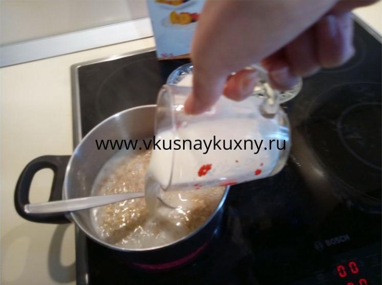 Вливаем молоко в овсяную кашу и перемешиваем