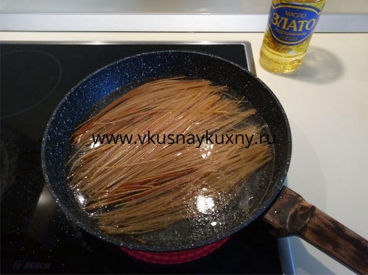 Заливаем водой жареные спагетти на сковороде