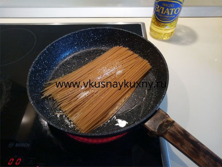 Жарим спагетти на растительном масле на сковороде