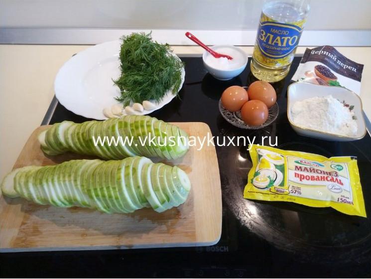 Нарезаем кабачки кружочками толщиной 0,5 см