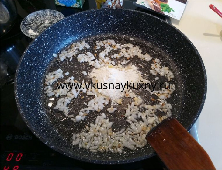 Обжариваем репчатый лук с мукой на сковороде