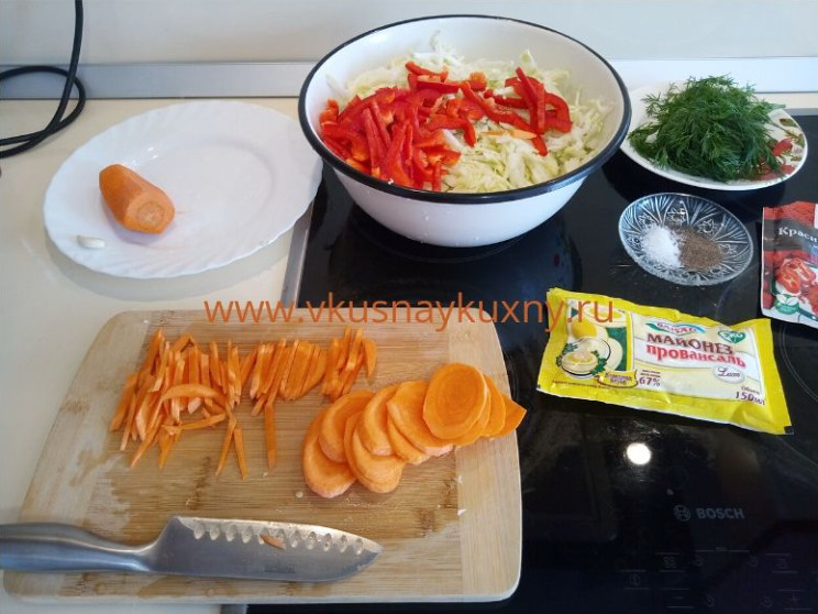 Режем морковь для салата соломкой
